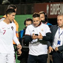 Į aikštę įbėgęs futbolo aistruolis priklaupė prieš C. Ronaldo