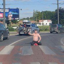 K. Baršausko gatvėje vairuotojams trukdė prie pėsčiųjų perėjos sėdėjęs vyras