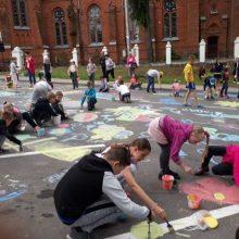 Grindinys Vilkijoje pražydo vaikų piešiniais
