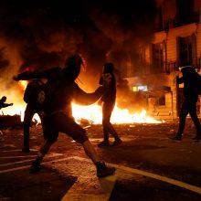 Prie Barselonos policijos būstinės kilo susirėmimų su protestuotojais