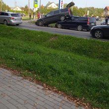 """Vilniaus rajone susidūrė du """"Volvo"""": po smūgio vienas automobilis palindo po kitu"""