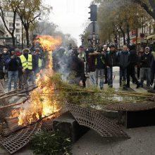"""Paryžiuje suimta apie 700 """"geltonųjų liemenių"""" protestuotojų"""