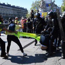 """Paryžiuje sulaikyti beveik 130 """"geltonųjų liemenių"""" protestuotojų"""