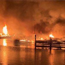 JAV per gaisrą, apėmusį laivus prieplaukoje, žuvo aštuoni žmonės