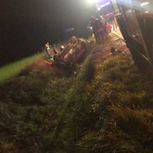 Marijampolės rajone apsivertė automobilis, jame – prispausti žmonės