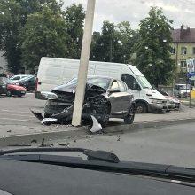"""Petrašiūnuose moters vairuojamas """"Renault"""" automobilis rėžėsi į stulpą"""