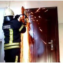 Smurtautojas neįleido policijos pareigūnų, duris teko atidaryti ugniagesiams