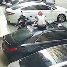 Pusnuogė mergina sekso metu iškrito pro langą ant automobilio stogo
