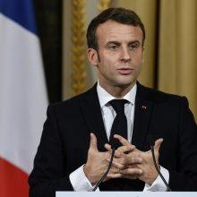 """E. Macronas gina savo išsakytą """"žadinantį skambutį"""" dėl NATO"""