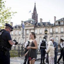 Daugelis prancūzų mano, kad valdžia slepia būtinumą dėvėti apsaugines kaukes