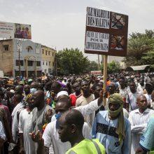 Tūkstančiai Malio sostinės gyventojų reikalavo prezidento atsistatydinimo