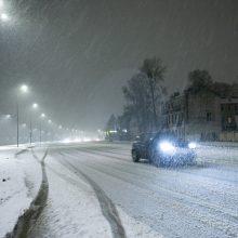 Kauną nuklojo baltas sniego patalas, vairavimo sąlygos gali būti sudėtingos