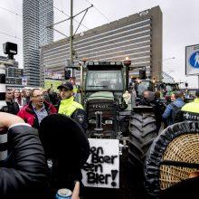 Įtūžę ūkininkai traktoriais blokavo Hagos gatves