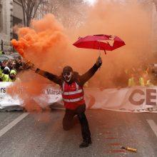 Paryžiuje policija protestuotojams išvaikyti pasitelkė ašarines dujas