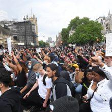 JK premjeras pasmerkė G. Floydo nužudymą, protestuotojai išėjo į Londono gatves