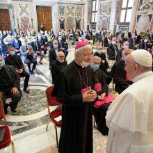 """Popiežius dėkojo Italijos medikams už """"didvyriškas"""" pastangas kovoje su virusu"""