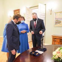 Lietuvos ir Prancūzijos prezidentai apsikeitė dovanomis: R. Gari sujungė abi šalis