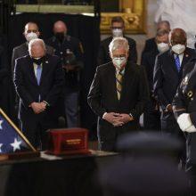 JAV kongresmenai atidavė paskutinę pagarbą per Kapitolijaus šturmą žuvusiam policininkui