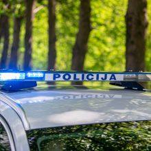 Į griovį nuvažiavusiame automobilyje policija rado nelegalių rūkalų ir narkotikų