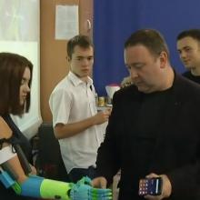 Studentai kolegei sukonstravo mechaninę ranką