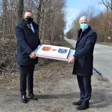 Klaipėdos rajonas pasveikino Palangą: rajonų pasienyje įteikė tortą