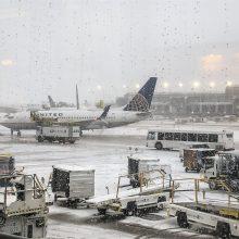 JAV: sniegas sutrikdė oro eismą Čikagoje