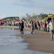 Vienybė: daugiau nei 100 klaipėdiečių nepabūgo vakare nulijusio lietaus ir į paplūdimį atvyko simboliškai susikibti už rankų.