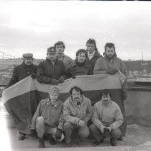 1992: 1991 m. sausį budėję savanoriai susirinko po metų Gedimino pilies bokšte, kad būtų nufotografuoti su Sausio 13-ąją čia plevėsavusia vėliava.