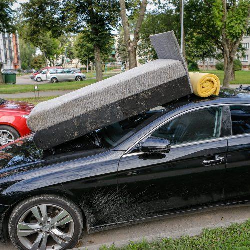 Sofa ant automobilio