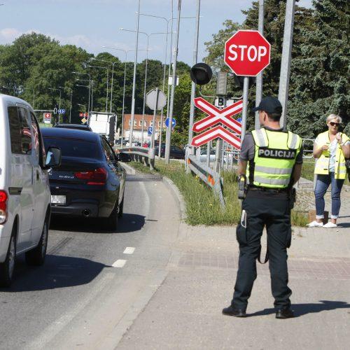 Prie Klaipėdos geležinkelio pervažų pareigūnai dalijo dovanas