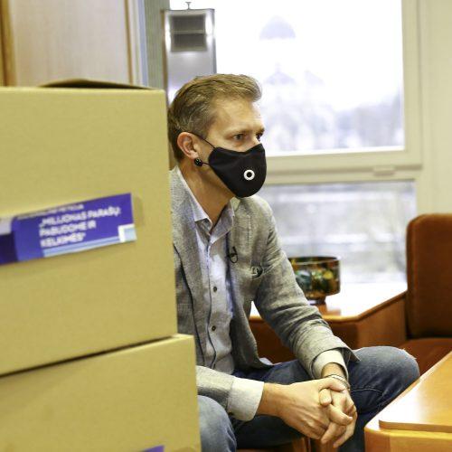 A. Tapinas įteikė parašus dėl T. V. Raskevičiaus  © M. Morkevičiaus / ELTOS nuotr.