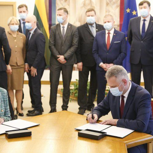 """Seimo """"valstiečiai"""" ir """"darbiečiai"""" pasirašė susitarimą"""