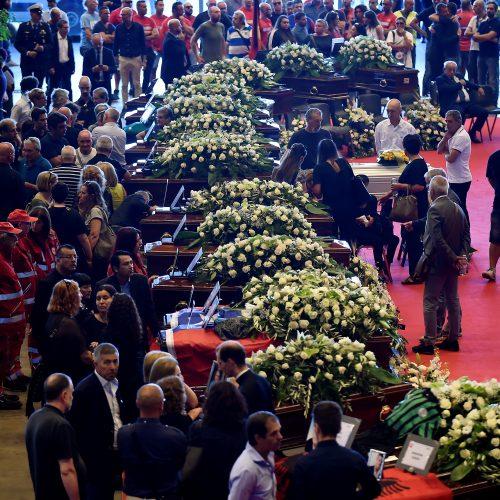 Genujoje sugriuvusio viaduko aukų laidotuvės  © Scanpix nuotr.