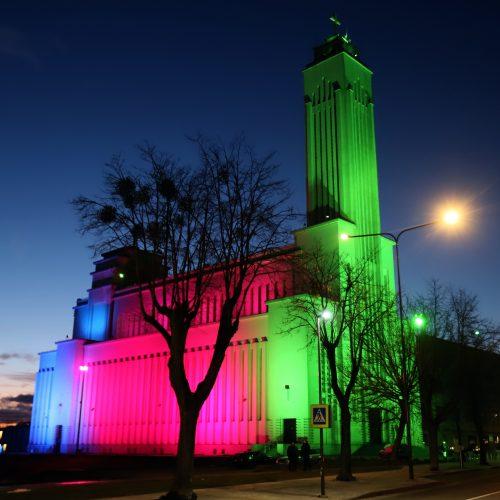 Kauno Kristaus Priskėlimo bazilika nušvito nekasdieniškomis spalvomis  © Laimučio Brundzos nuotr.