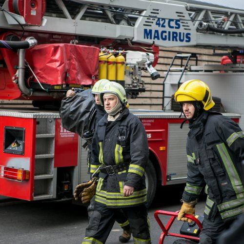 """Dėl dūmų iš Kauno """"Akropolio"""" evakuoti žmonės  © Vilmanto Raupelio nuotr."""