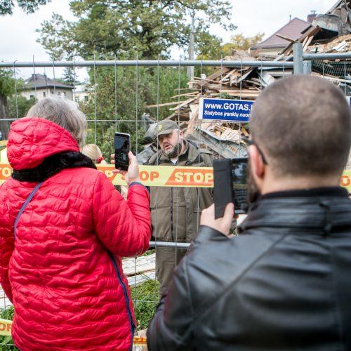 Žaliakalnyje toliau įžūliai naikinamas paveldo namas  © Vilmanto Raupelio nuotr.