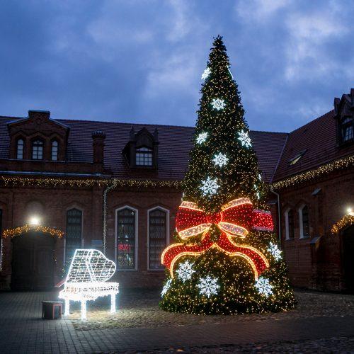 Raudondvaryje įžiebta kalėdinė eglutė