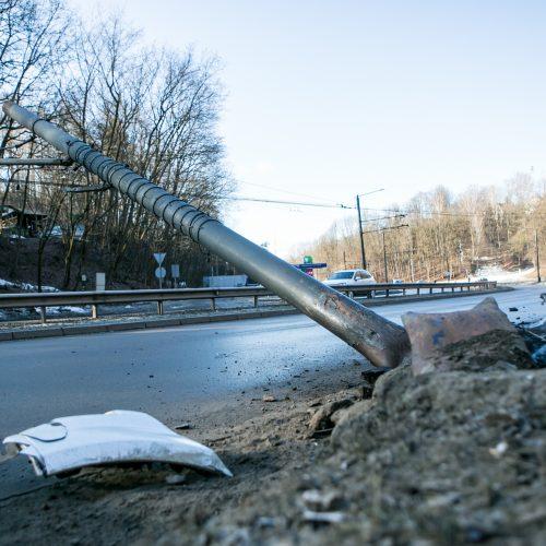 """Tunelio gatvėje """"Mercedes-Benz"""" rėžėsi į stulpą  © Vilmanto Raupelio nuotr."""