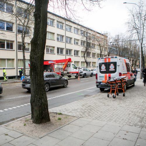 Kauno centre partrenkta neleistinoje vietoje gatvę kirtusi senolė  © Vilmanto Raupelio nuotr.