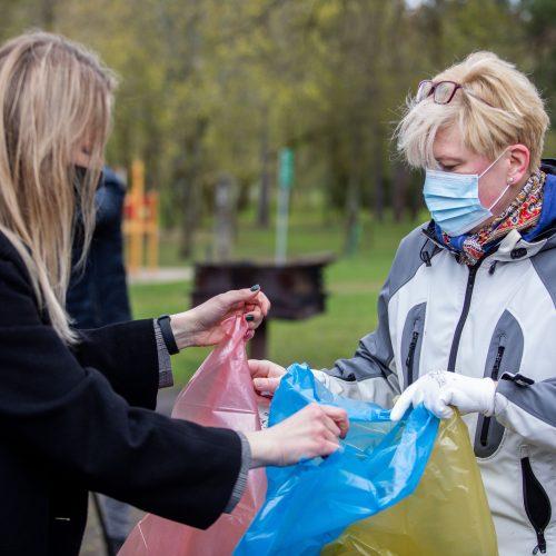 """Premjerė dalyvavo aplinkos tvarkymo akcijoje """"Darom 2021""""  © I. Gelūno / Fotobanko nuotr."""