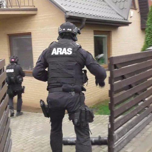 Pas Kaune sučiuptą narkobaroną rasta pusė milijono eurų ir keturi ginklai