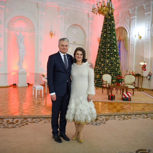 G. Nausėda ir pirmoji ponia Prezidentūroje įžiebė Kalėdų eglę
