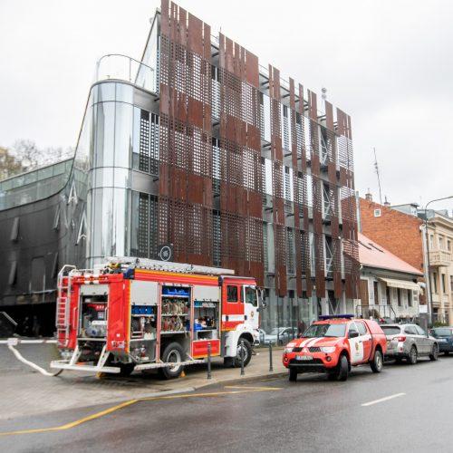 """Kaune degė verslo centro """"Capital"""" pastatas"""