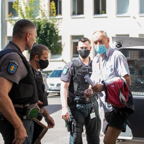 Įtariamasis dėl žmogžudystės Jaučakių kaime atvestas į teismą  © Justinos Lasauskaitės nuotr.