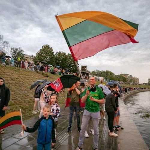 """Neries krantinėse Vilniuje – tūkstančiai vėliavų ir """"Tautiška giesmė"""""""