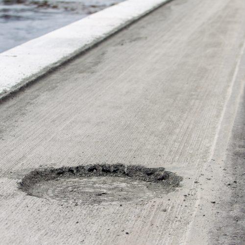 Nuo dviračių tako nuimtas asfaltas  © Laimio Steponavičiaus nuotr.