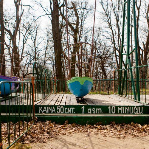 Vytauto parke išmontuojamos sūpynės  © Laimio Steponavičiaus nuotr.