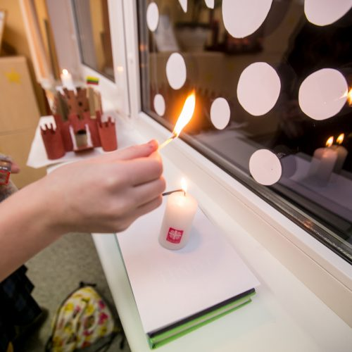 Mokyklose – atminimo žvakelės ir dainos Sausio 13-ajai paminėti  © Vilmanto Raupelio nuotr.