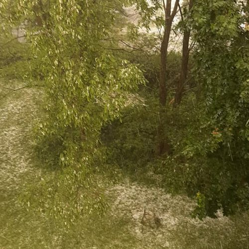 """Liūtis ir kruša Kaune  © Feisbuko grupės """"Orų entuziastai"""", """"Kauno dienos"""" skaitytojų, Justinos Lasauskaitės nuotr."""