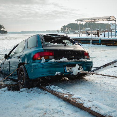 """""""Subaru"""" ištrauktas iš Kauno marių"""